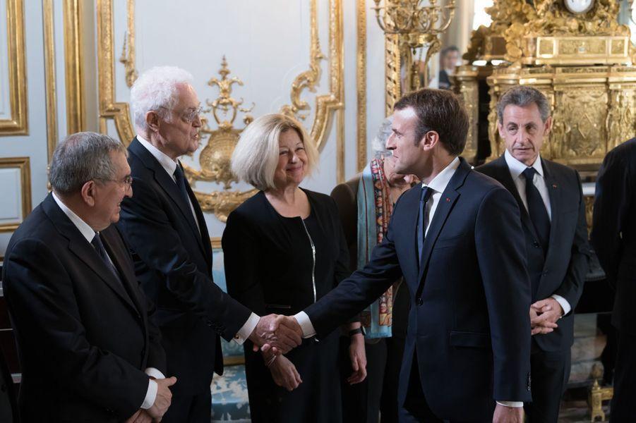 Emmanuel Macron serre la main à Lionel Jospin.