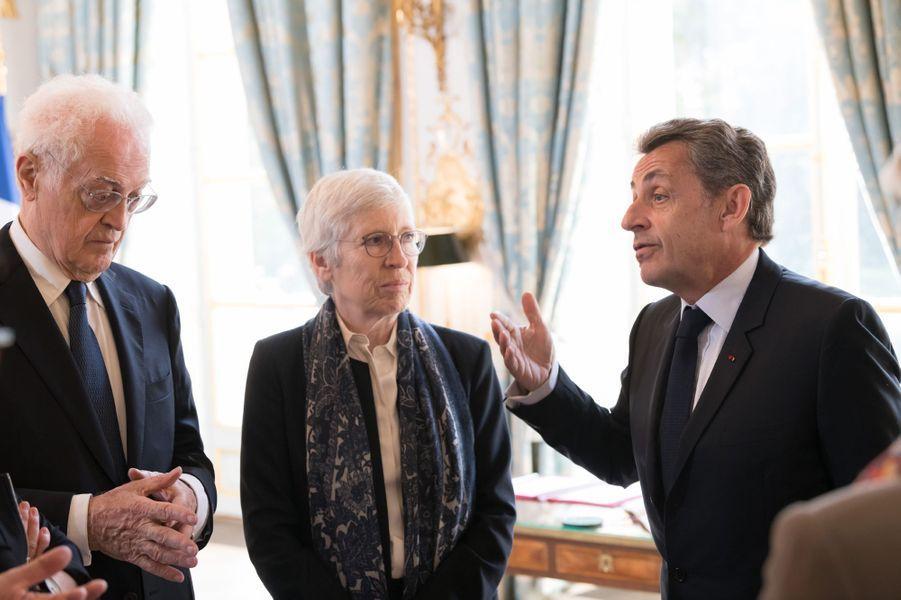 Nicolas Sarkozy discute avec Lionel Jospin.