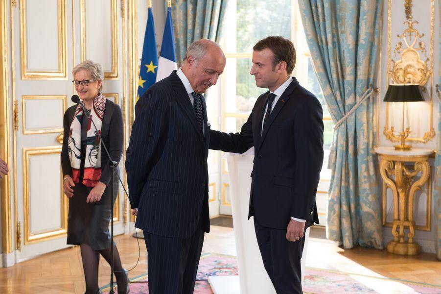 Emmanuel Macron discute avec Laurent Fabius.