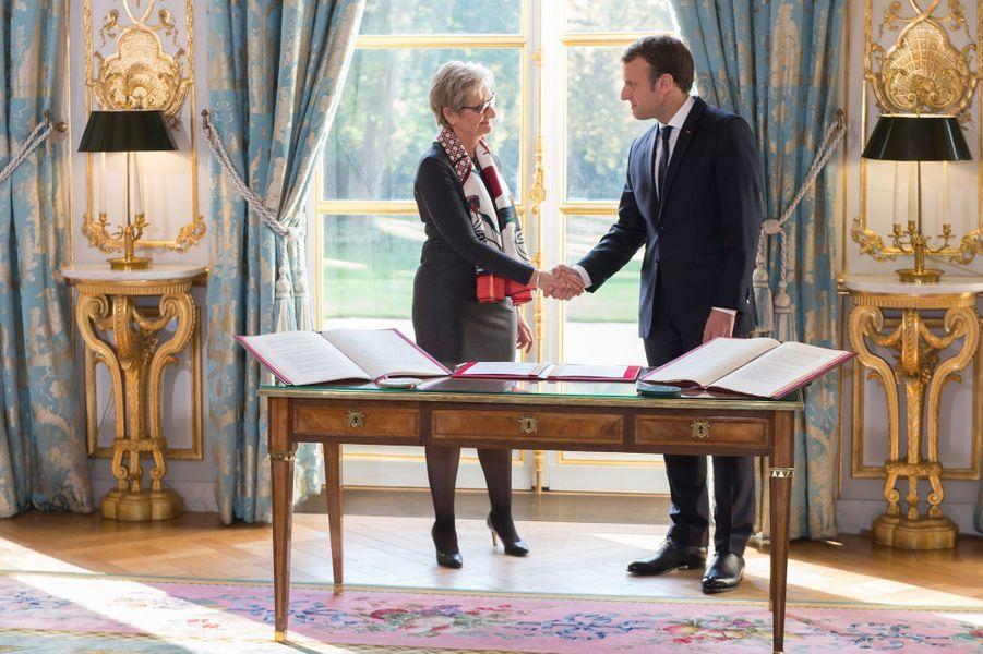 Emmanuel Macron serre la main de la magistrate Dominique Lottin qui fait son entrée au Conseil constitutionnel.