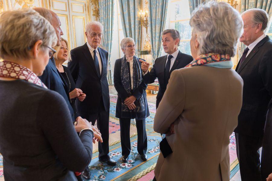 Nicolas Sarkozy discute avec les autres membres du Conseil constitutionnel à l'Elysée.