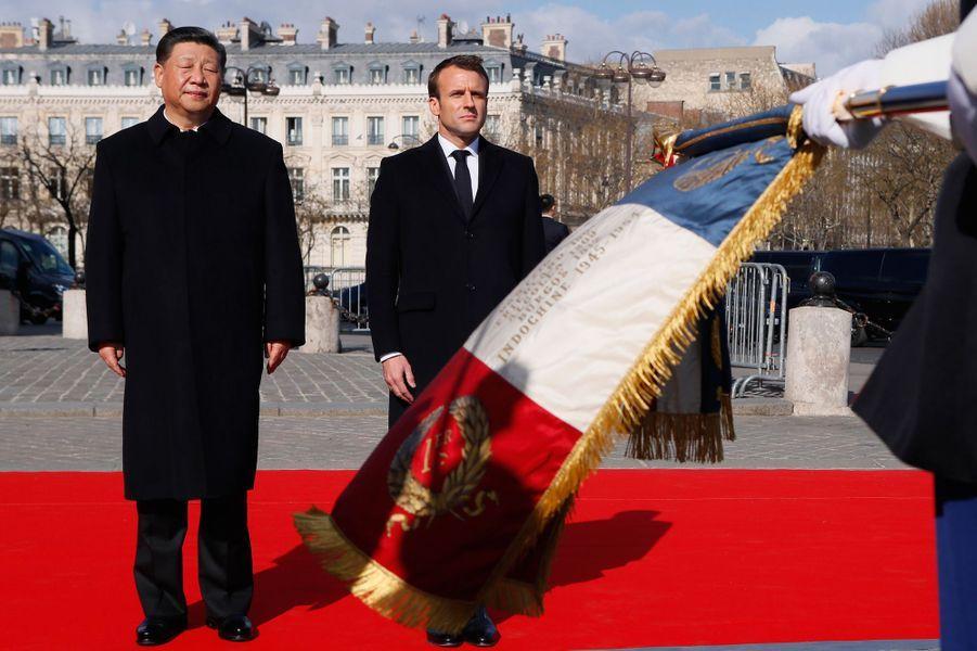 Emmanuel Macron et Xi Jinping lors de la cérémonie officielle à l'Arc de Triomphe.