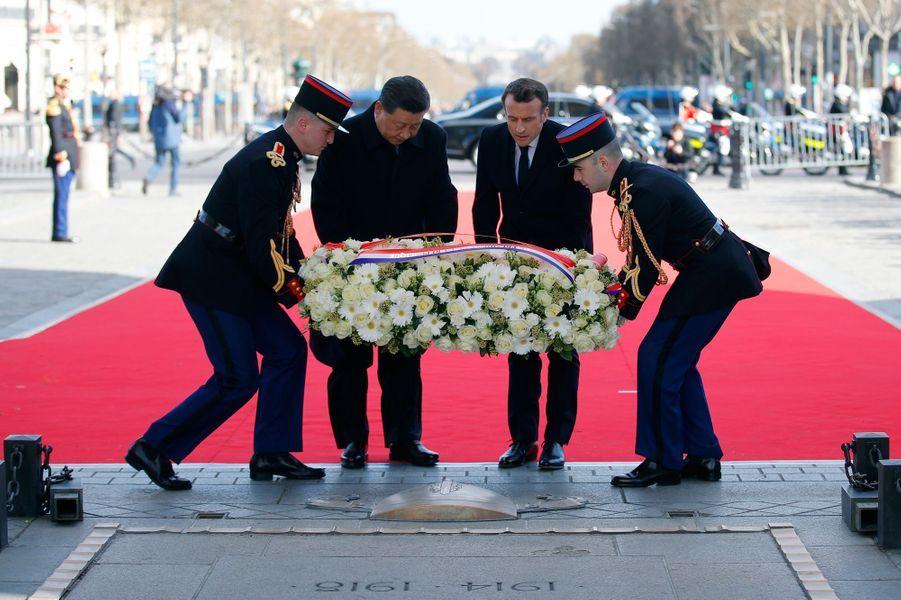 Emmanuel Macron et Xi Jinpingdevant la tombe du soldat inconnu.