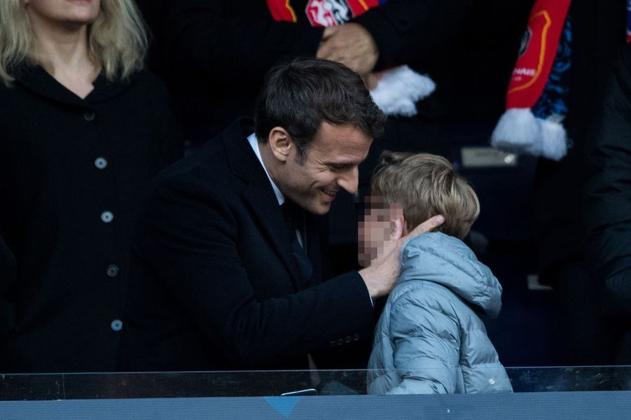 Emmanuel Macron et son neveu Louis , samedi au Stade de France.