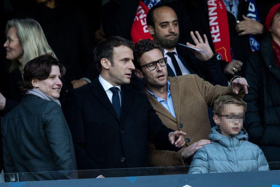 Emmanuel Macron au Stade de France aux côtés de son frère Laurent et ses neveux Louis et Paul-Arthur.