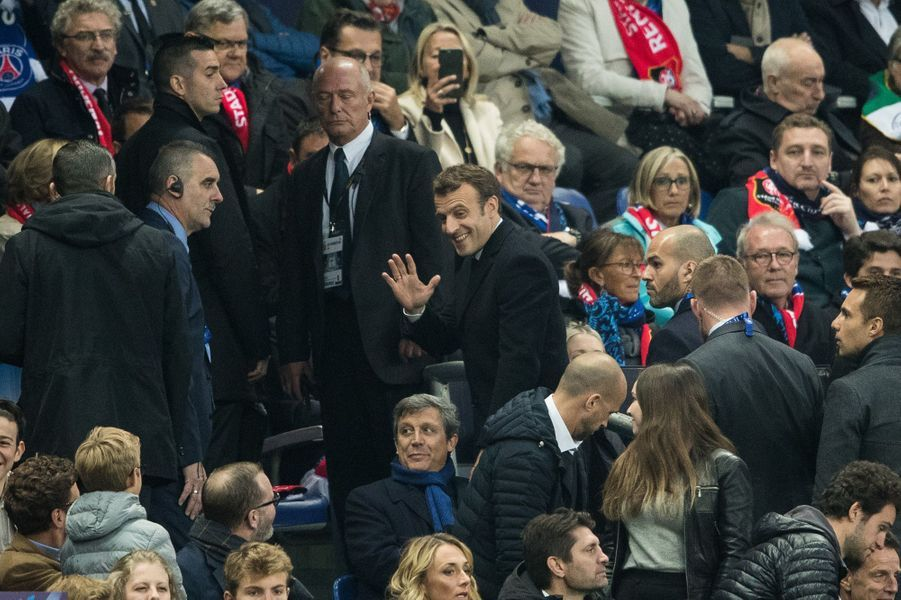 Emmanuel Macron salue son frère et ses neveux en tribunes