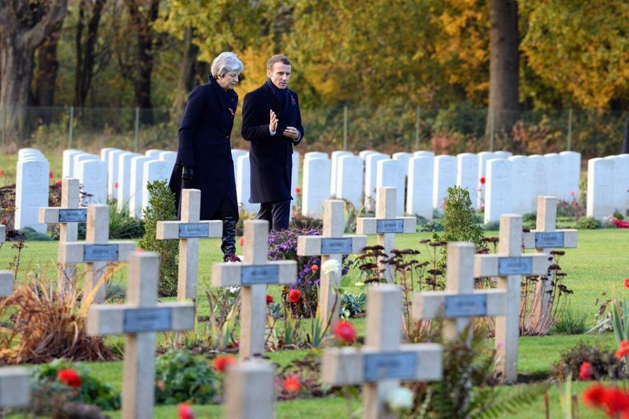 Emmanuel Macron et Theresa May ont déposé une gerbe à la nécropole franco-britannique de Thiepval (Somme).