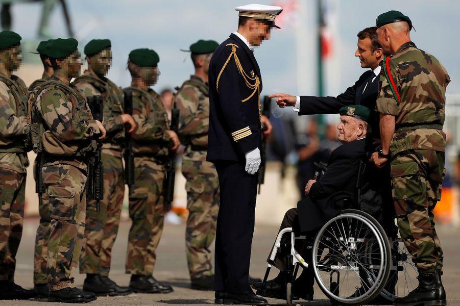 Le vétéranLéon Gautier avec Emmanuel Macron