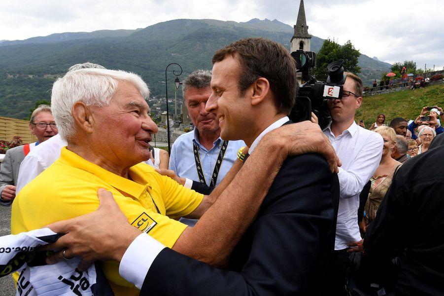 Emmanuel Macron et l'ancien cyclisteRaymond Poulidor