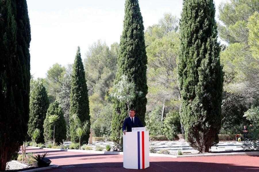 Emmanuel Macron prononce un discours à Boulouris-sur-Mer.