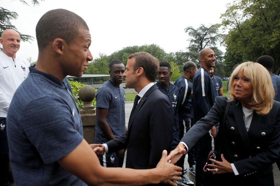 Kylian Mbappé serre la main de Brigitte Macron