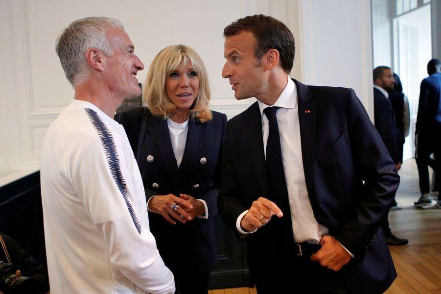Emmanuel Macron parle avec le sélectionneur de l'équipe de France Didier Deschamps