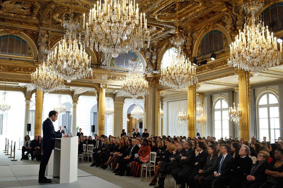 Emmanuel Macron a remis vendredi le premier prix Simone-Veil.