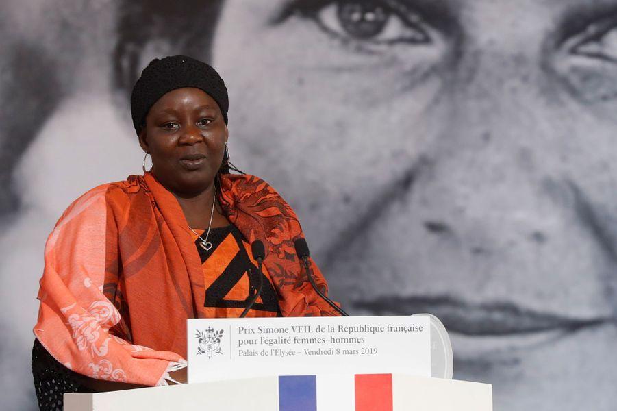 La Camerounaise AissaDoumaraNgatansou, qui gère une association d'aide aux victimes de viols et de mariages forcés dans son pays, a reçu le premier prix Simone-Veil.