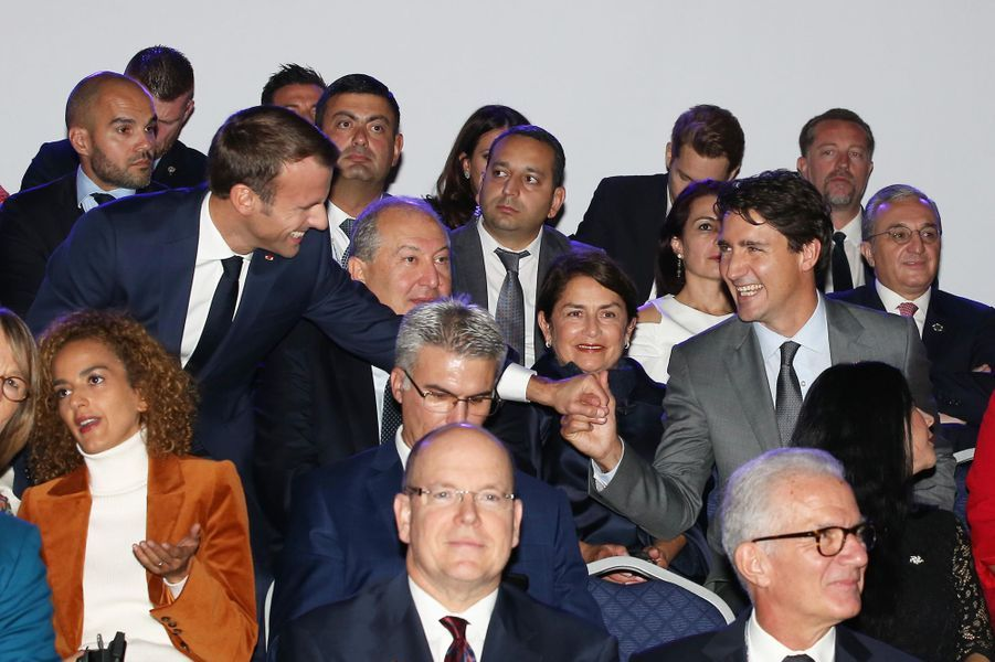 Emmanuel Macron salue Justin Trudeau.