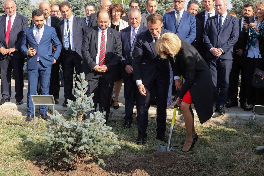 Brigitte Macron, pelle en main, plante un arbre au mémorial deTsitsernakaberd, sur une colline d'Erevan.