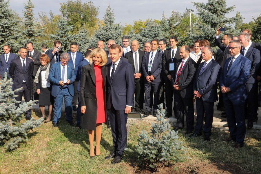 Avant Brigitte et Emmanuel Macron, d'autres personnalités internationales et plusieurs présidents français avaient planté un arbre au mémorial.