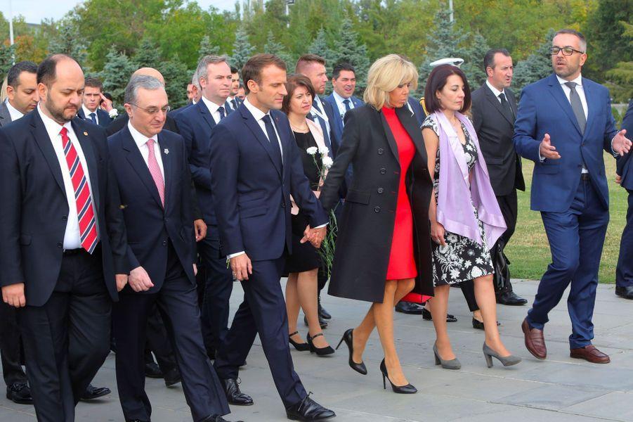 Brigitte et Emmanuel Macron au mémorial de Tsitsernakaberd, jeudi, à Erevan en Arménie.