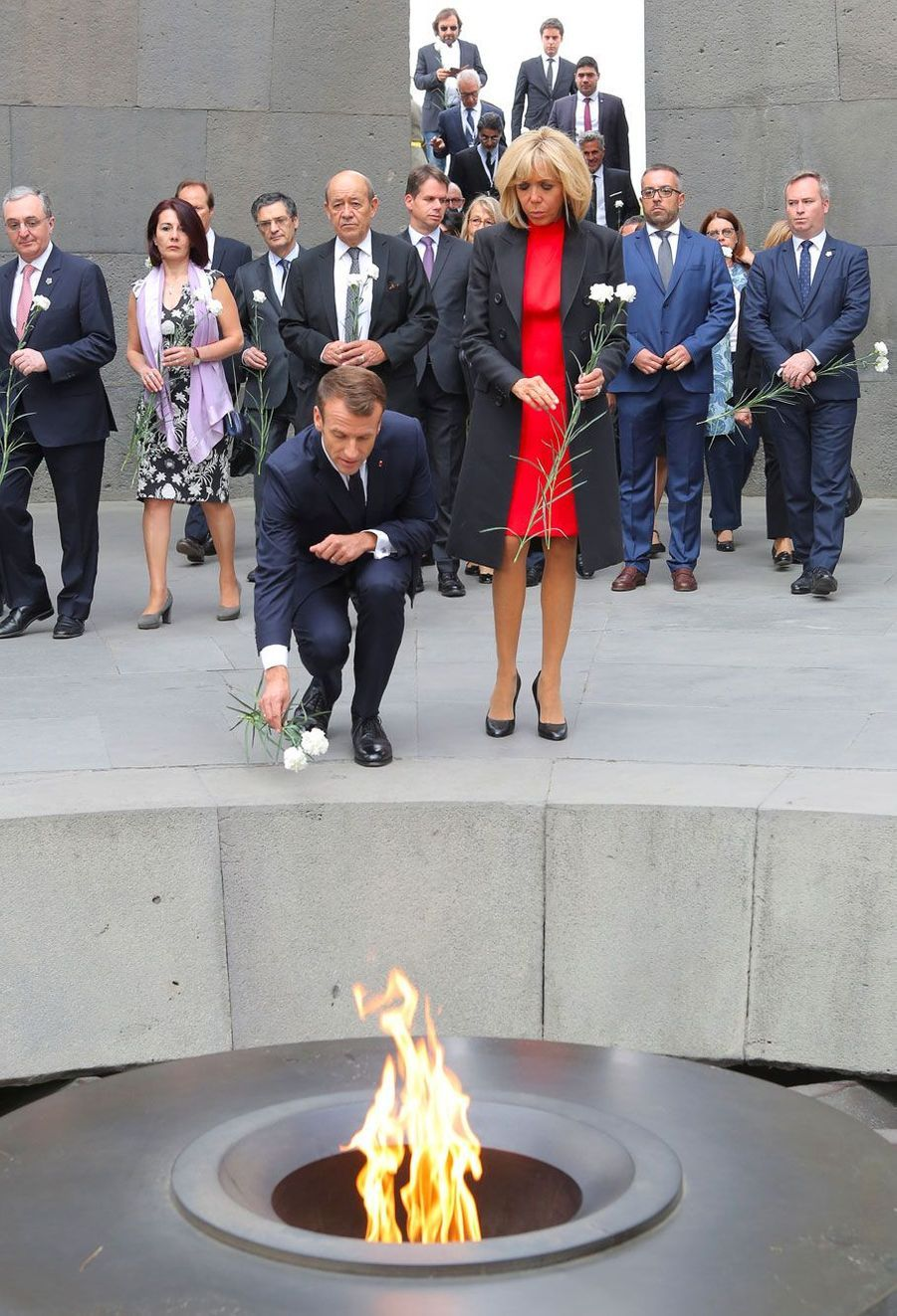 Brigitte et Emmanuel Macron devant la flamme éternelle dumémorial de Tsitsernakaberd, à Erevan en Arménie.