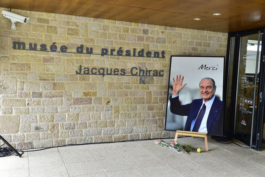 Samedi matin,Claud Chirac, ses proches et une foule de Corréziens ont rendu un dernier hommage à JacquesChirac, à Sainte-Féréole, le village de jeunesse de l'ancien président.