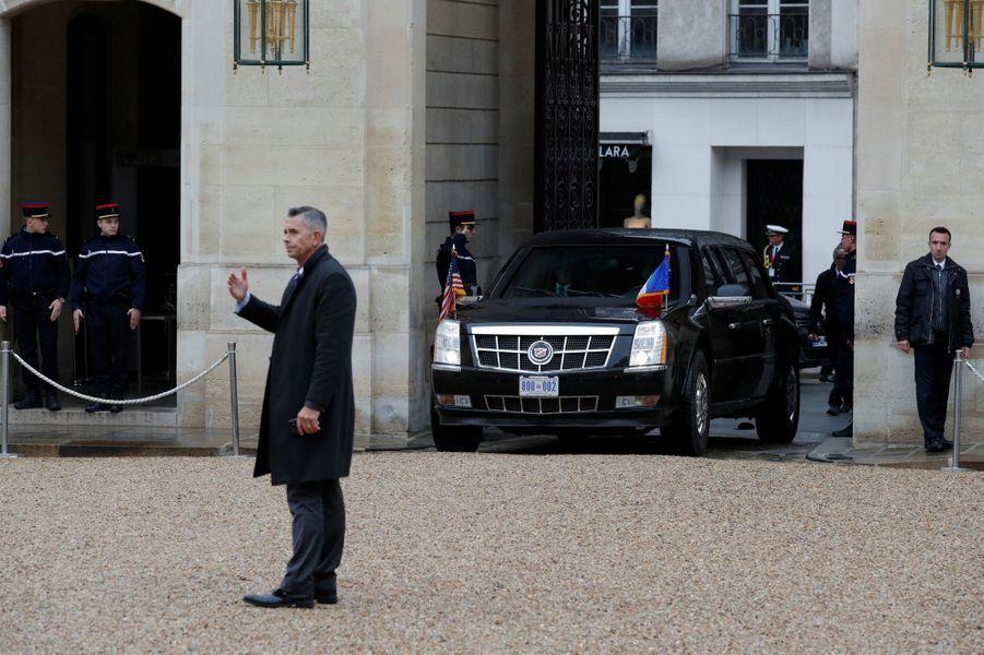 Arrivée de la Cadillac du président des Etats-Unis Donald Trump à l'Elysée.