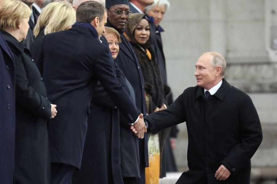 Vladimir Poutine serre la main à Emmanuel Macron