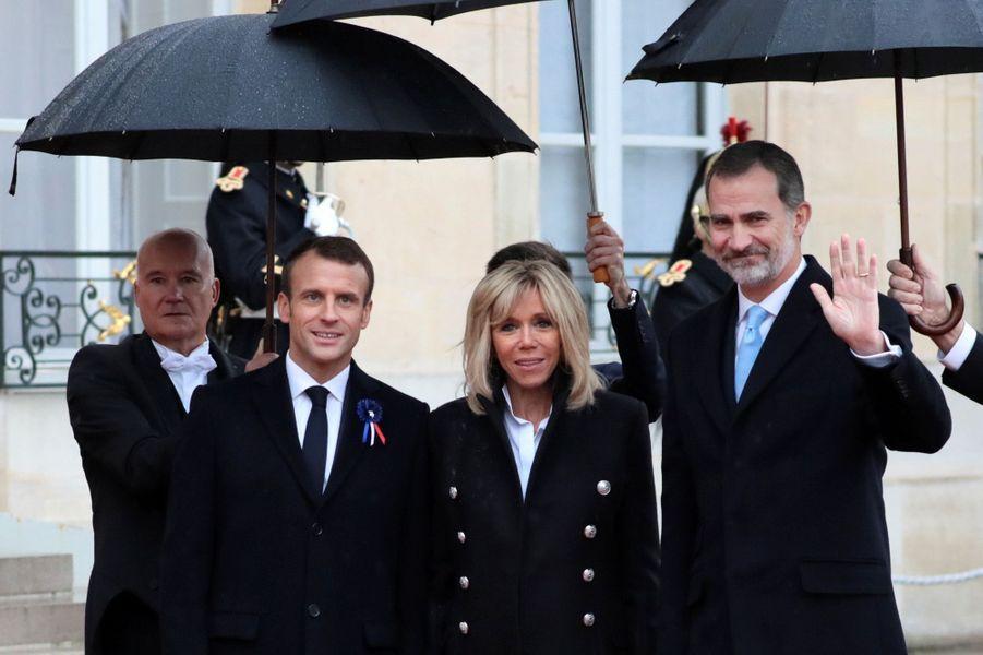 Emmanuel et Brigitte Macron accueillent le roi d'Espagne Felipe.