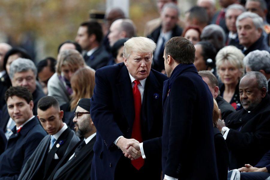 Donald Trump serre la main à Emmanuel Macron.