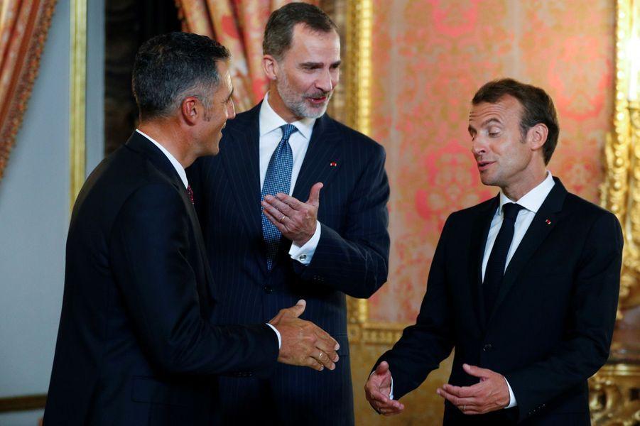 Le roi Felipe VI, Miguel Indurain et Emmanuel Macron jeudi soir à Madrid.