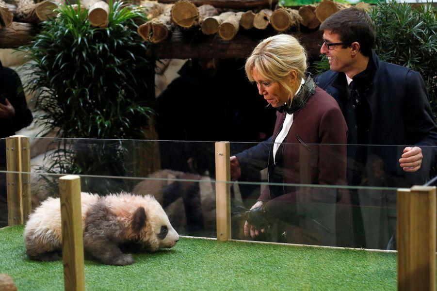 Brigitte Macron et Rodolphe Delord, directeur du zoo, lors du baptême du panda Yuan Meng.