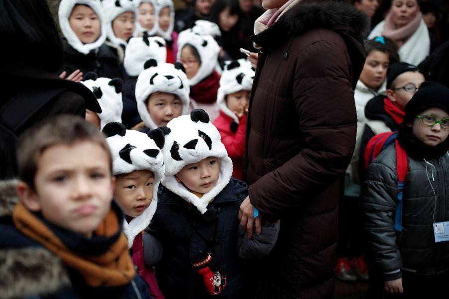 Des enfants avec des bonnets panda lors du baptême du bébé panda de Beauval.