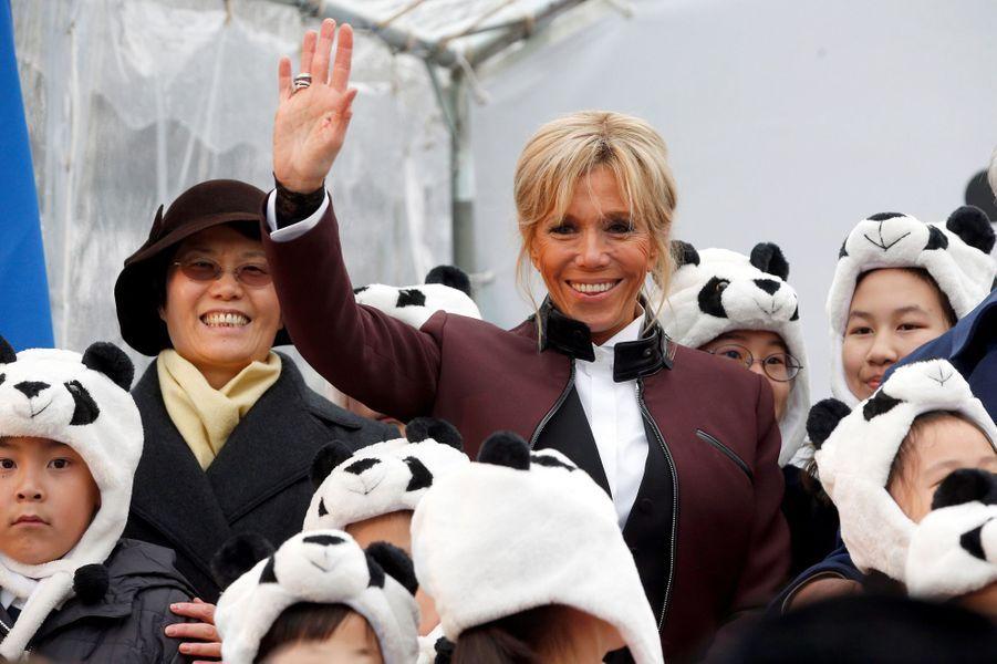 Brigitte Macron entourée d'enfants avec des bonnets panda lors du baptême du bébé panda de Beauval.
