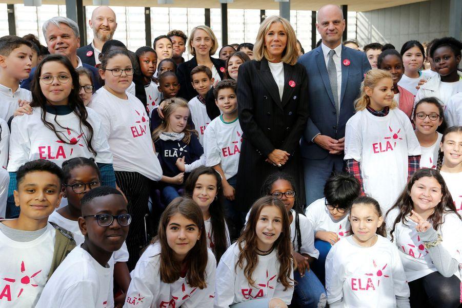 Jean-Michel Blanquer et Brigitte Macron posent avec les enfants pour une photo souvenir.