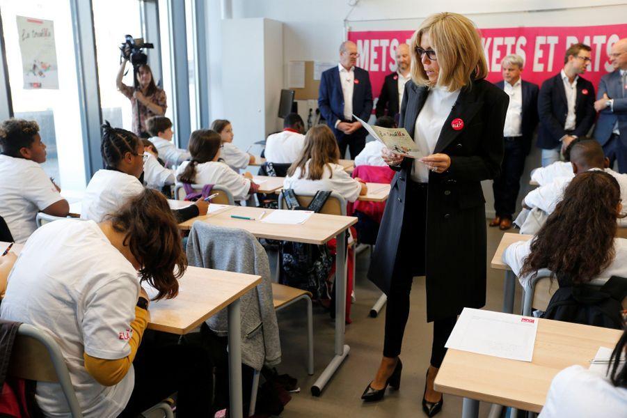 Brigitte Macron a lula dictée de l'association ELAà des élèves, lundi matin.