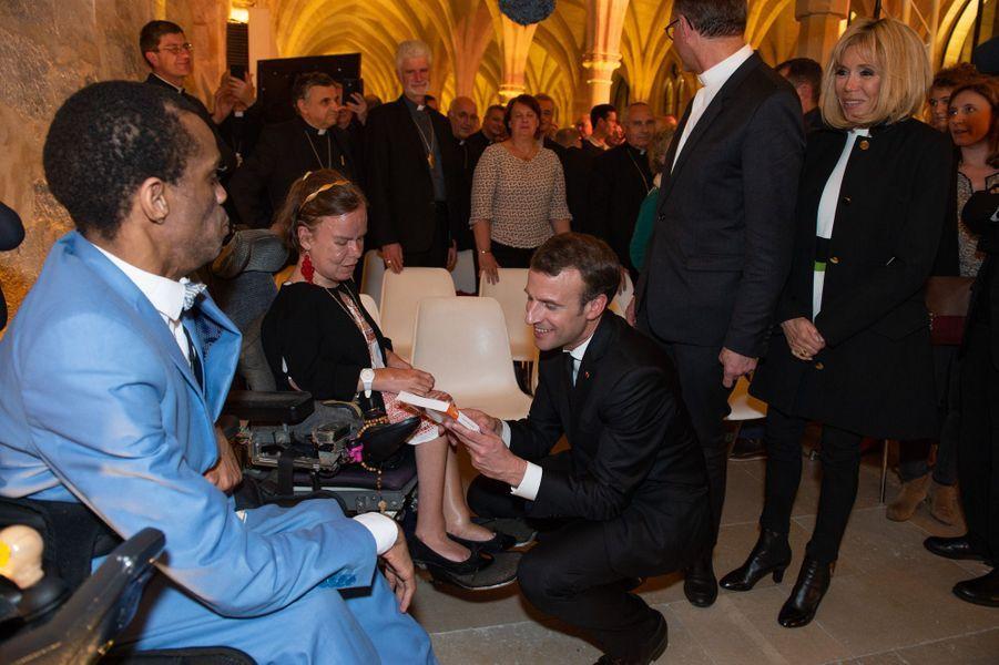 Emmanuel Macron échange avec des invités.