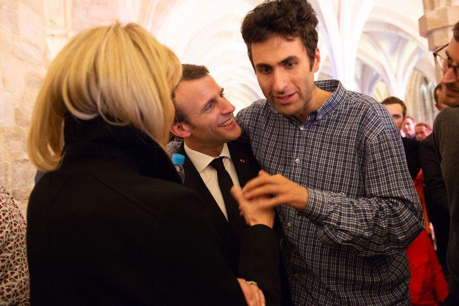 Parmi les invités, Samuel, autiste, discute avec le président et son épouse.