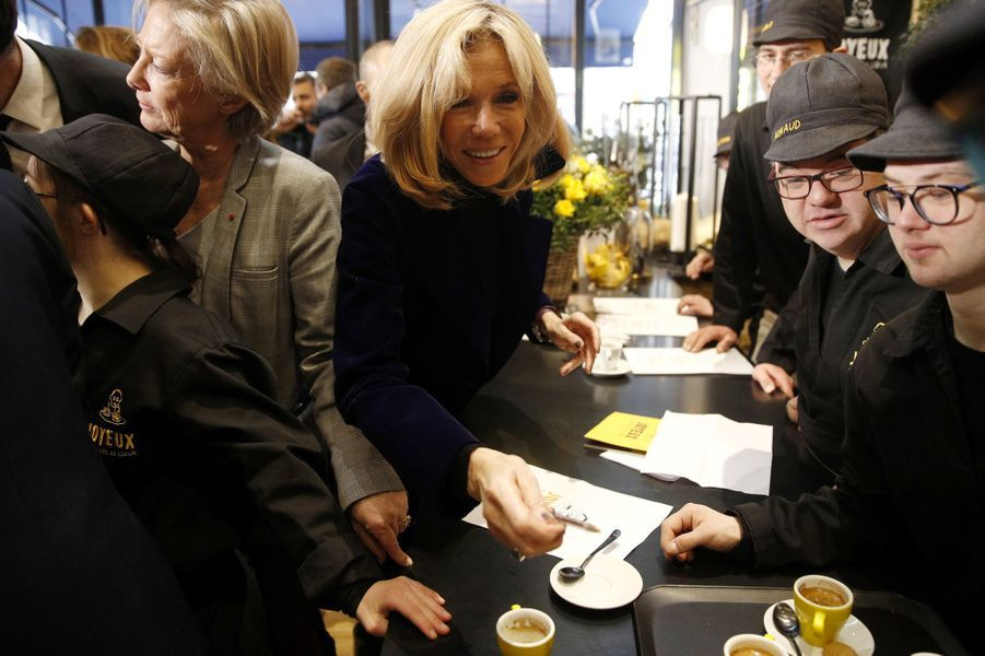 Brigitte Macron a inauguré lundi sur les Champs Elysées le Café Joyeux.