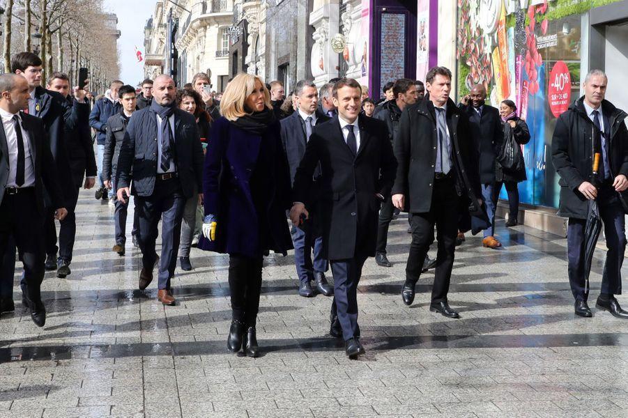 Après cette visite, Emmanuel Macron et son épouse Brigitte ont descendu à pied une partie des Champs Elysées.