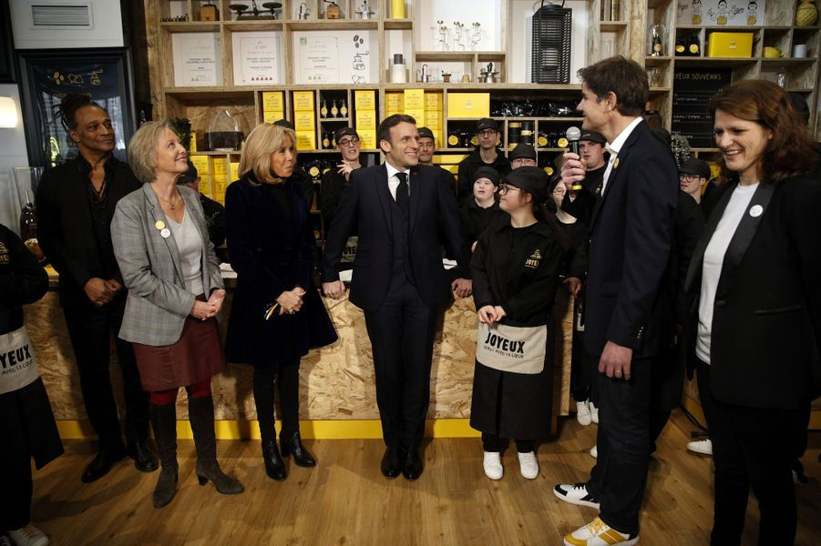 Emmanuel et Brigitte Macron ont inauguré lundi sur les Champs Elysées le Café Joyeux.