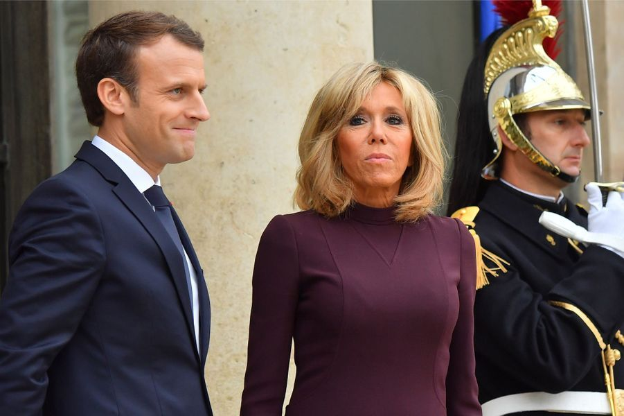 Emmanuel et Brigitte Macron sur le perron de l'Elysée.