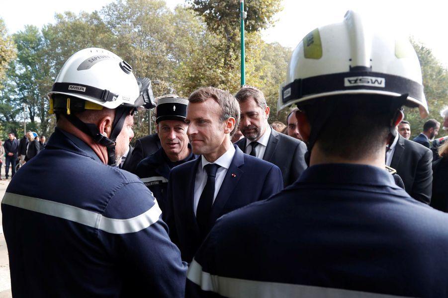 EmmanuelMacron salue les secours àVillalier.