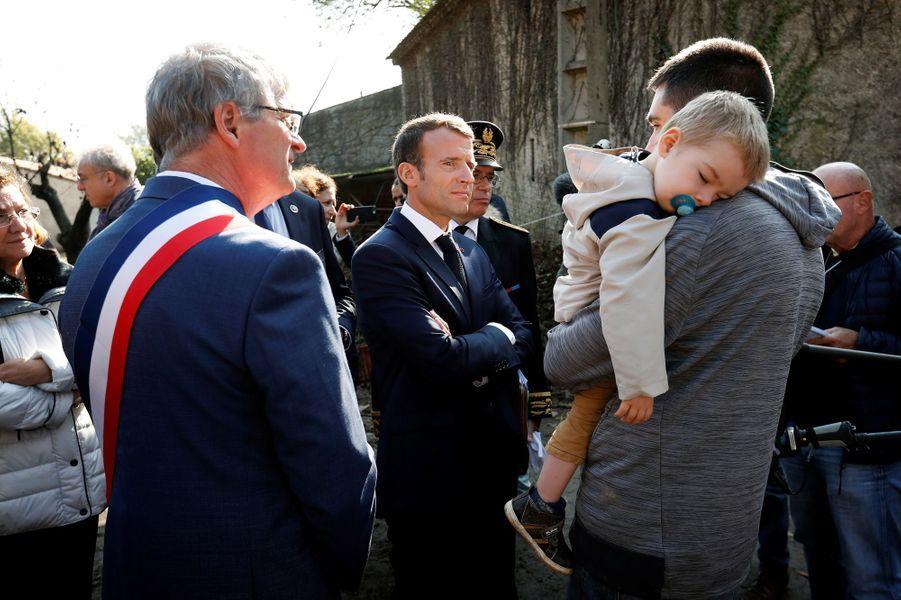 A deVillalier,EmmanuelMacron échange avec les sinistrés.