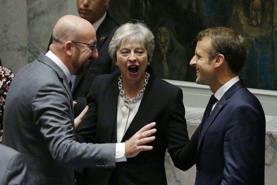 Complicité entre Européens à l'Assemblée générale de l'ONU, le 26 septembre 2018 : le Belge Charles Michel, la Britannique Theresa May et le Français Emmanuel Macron plaisantent.