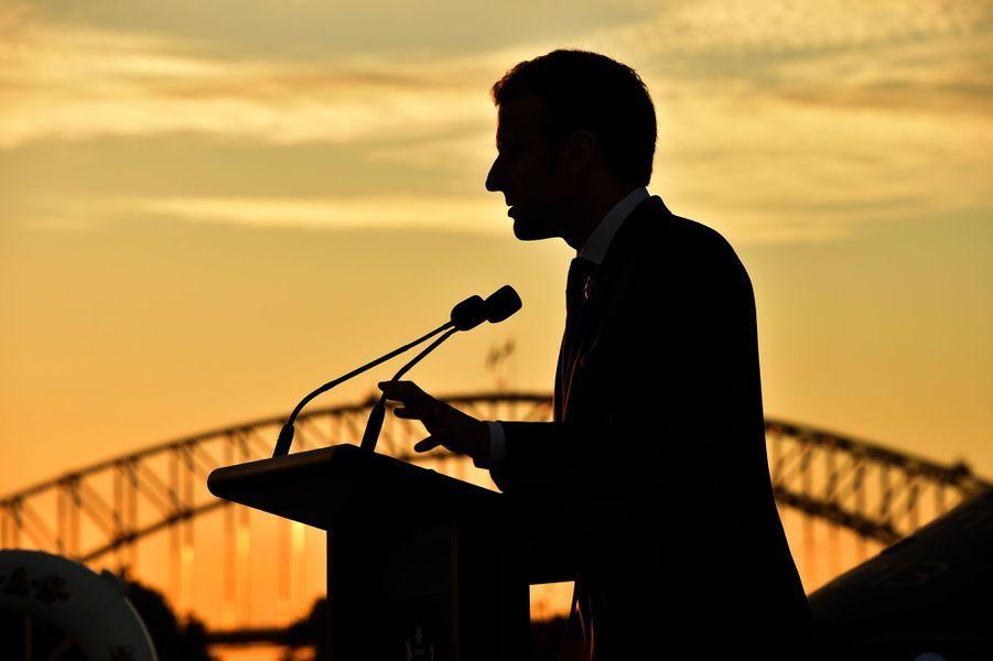 Emmanuel Macron sur le pont d'un porte-avions australien à Sydney, le 2 mai 2018.