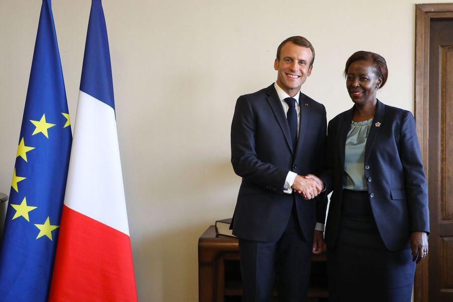 Louise Mushikiwabo, la nouvelle patronne de l'Organisation internationale de la francophonie (OIF), avec Emmanuel Macron à Erevan, en Arménie, le 12 octobre 2018.