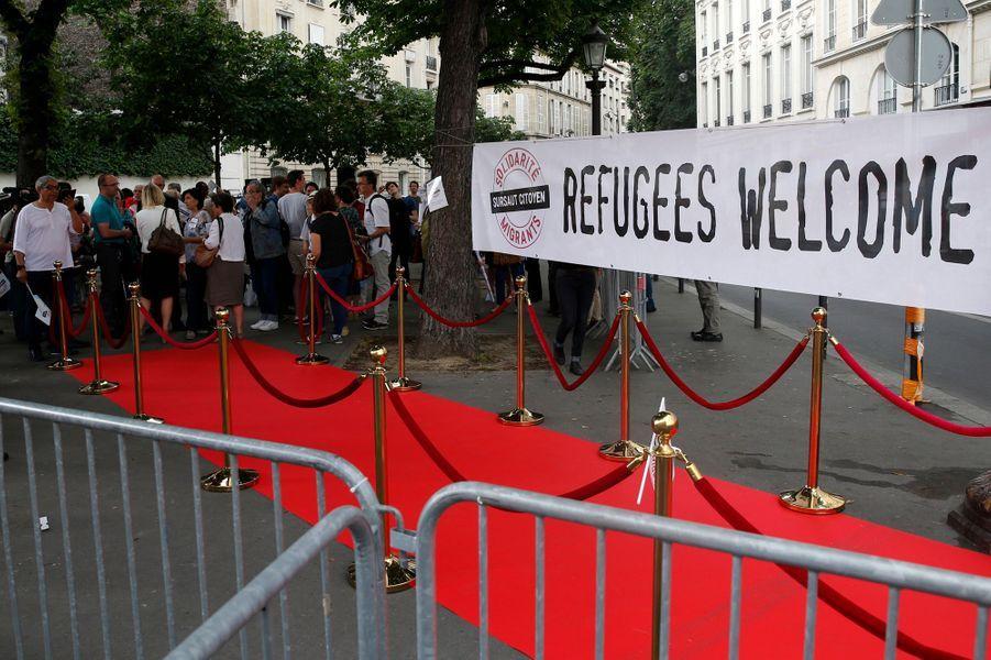 Une banderole en faveur de l'accueil des réfugiés devant l'Assemblée nationale le 27 juin 2017.