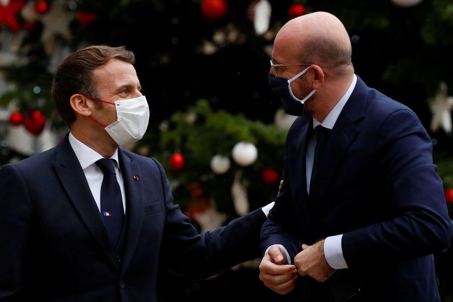 Emmanuel Macron accueille Charles Michel, président du Conseil européen, pour un déjeuner à l'Elysée à l'occasion du 60e anniversaire de l'OCDE, lundi 14 décembre.