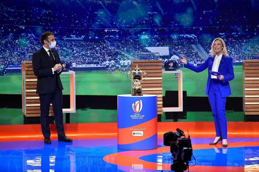 Emmanuel Macron avec Louise Ekland, lundi 14 décembre, lors du tirage au sort de la phase de poules de la Coupe du Monde de Rugby 2023, au palais Brongniart, à Paris.