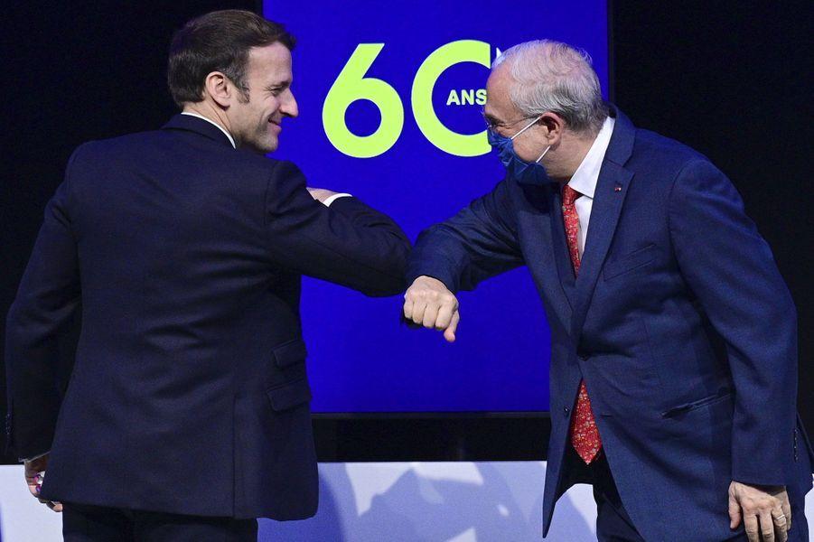 Lundi 14 décembre, au siège de l'OCDE à Paris, Emmanuel Macron salue le secrétaire général de l'organisation, Angel Gurria.