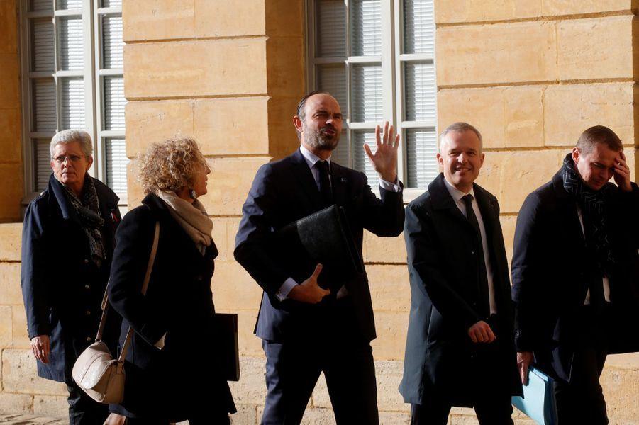 Les membres du gouvernement sont arrivés à pied de la gare deCharleville-Mézières, après être venus par train de Paris.
